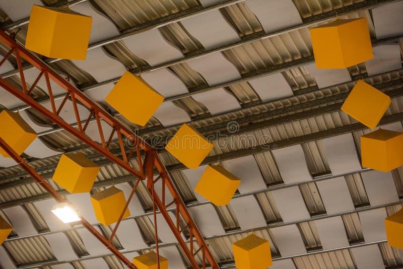 Звукопоглотительные акустические кубы потолка стоковые изображения rf