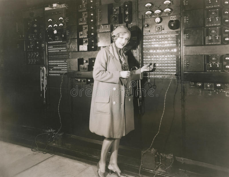 Звук контроля женщины в студии звукозаписи 1930s стоковое изображение rf