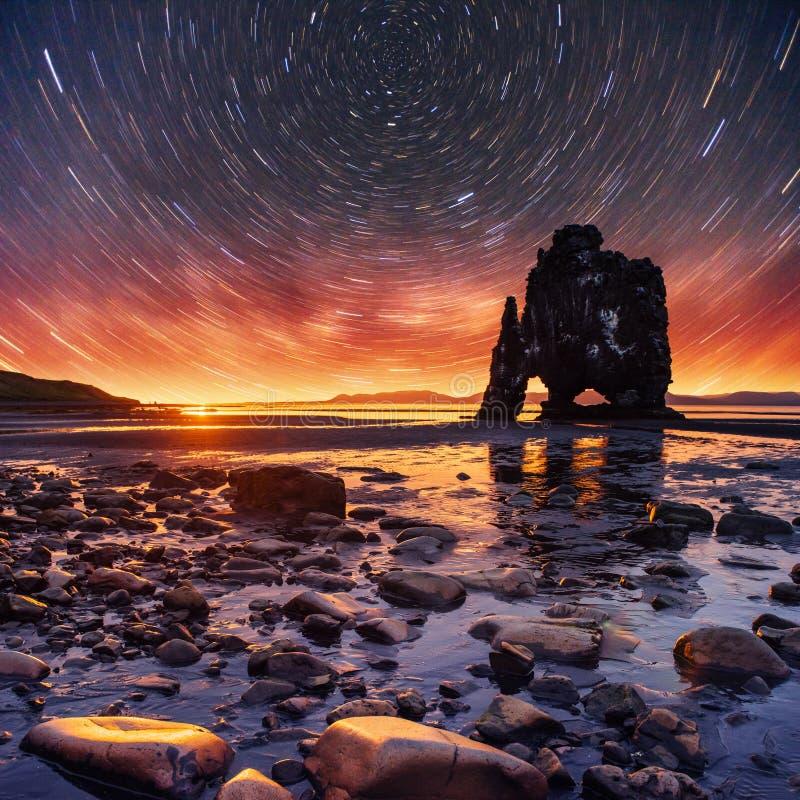 Звёздное небо в эффектном утесе в море на северном побережье Исландии Сказания говорят что окаменелый troll стоковое изображение