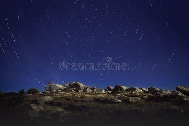 Звёздные тропы над вершиной на знаменитой горе Олимп в Греции стоковое фото