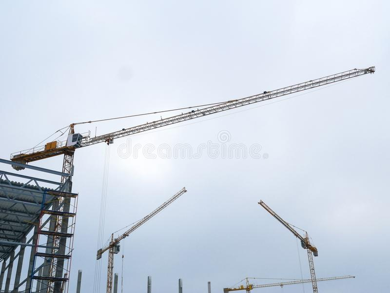 Здание башни крана конструкции работая стоковое фото