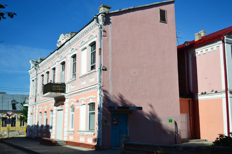 Здание в старой части Pinsk в солнечном дне лета стоковое фото