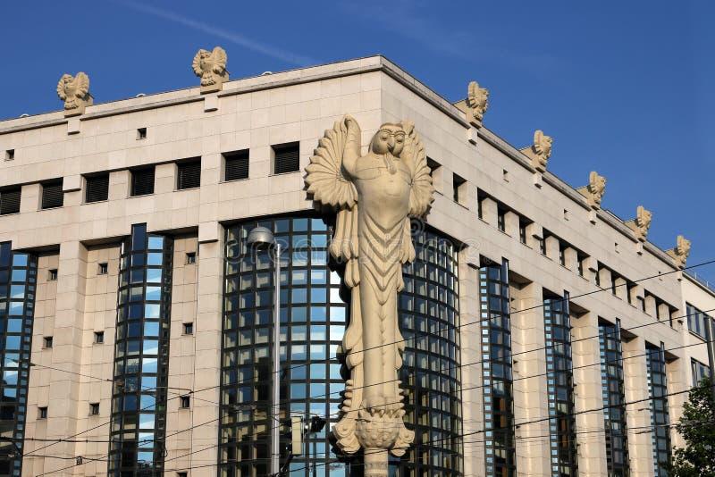 Здание главной библиотеки скульптур сыча технологического университета Вены стоковое фото