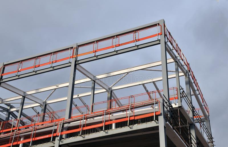 Здание железного каркаса под конструкцией с оранжевым рельсом безопасности стоковые изображения