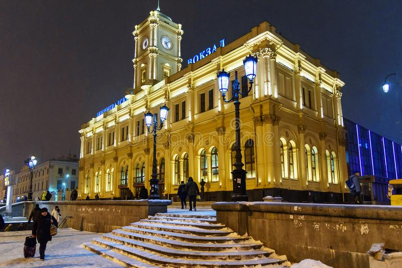 Здание железнодорожного вокзала Leningradsky на ноче в зиме moscow Россия стоковая фотография rf