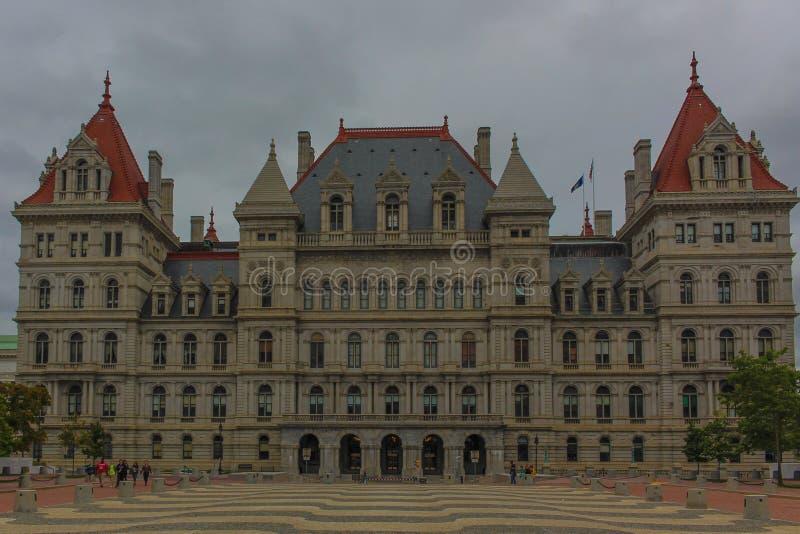 Здание капитолия государства в штате Нью-Йорк от задней части стоковое изображение