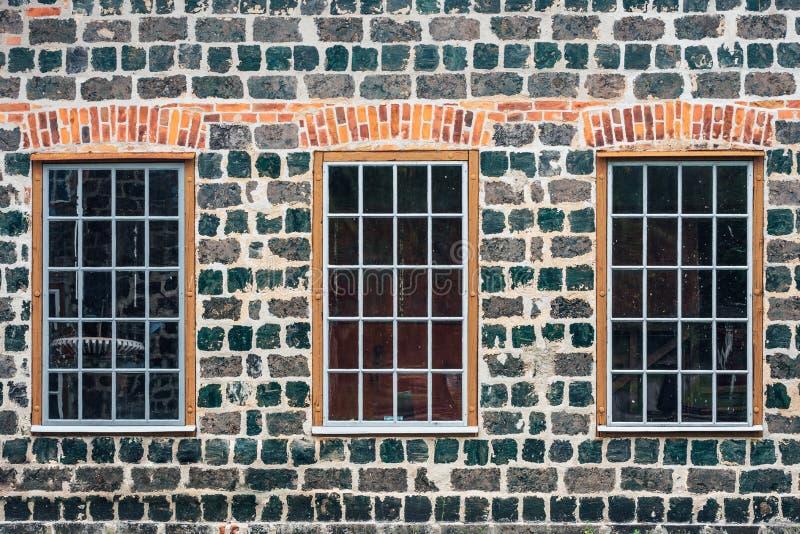 Здание кирпичной стены с большими окнами стоковое фото rf
