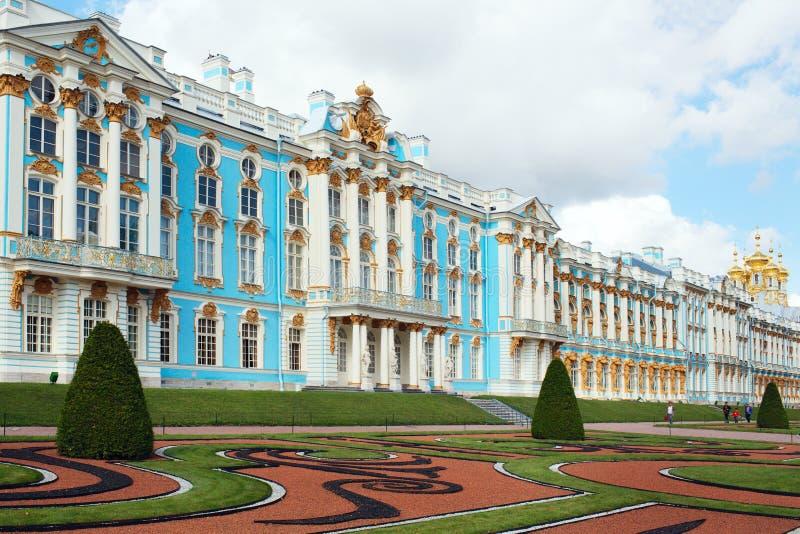Здание королевского дворца в парке стоковые изображения
