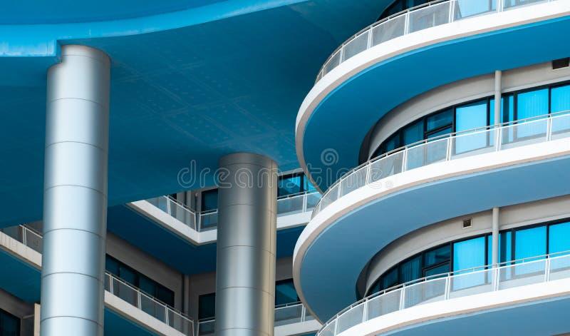 Здание крупного плана белое и голубое со стеклянным окном r Внешнее здание Архитектурноакустические детали современного стоковые изображения rf
