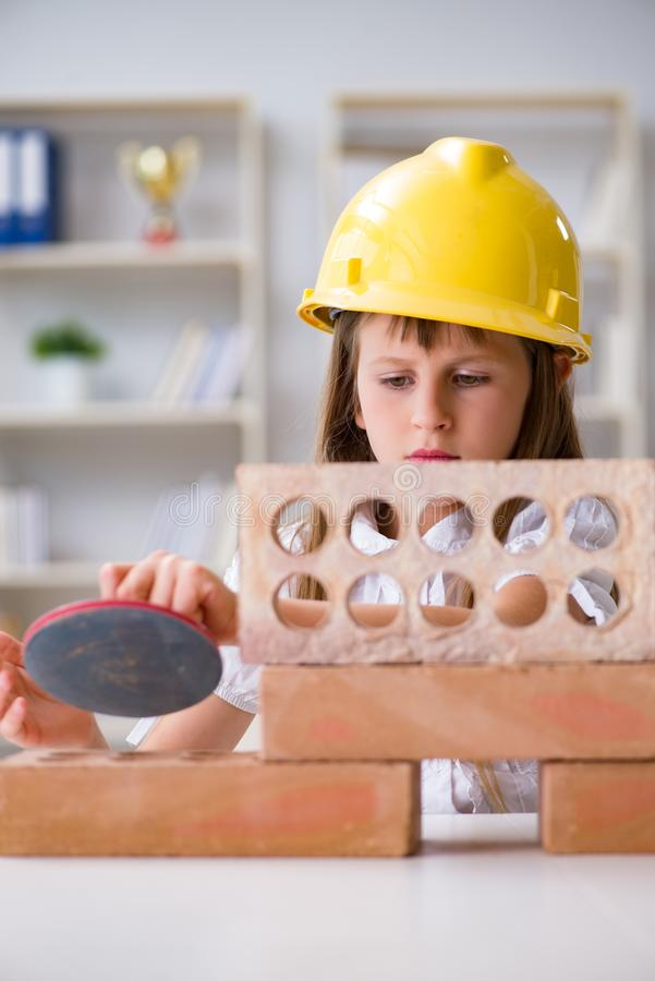 Здание маленькой девочки с кирпичами конструкции стоковая фотография