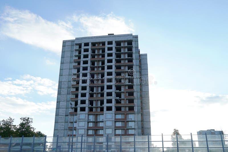 Здание мульти-этажа под конструкцией Скелет здания без окон Недвижимость под конструкцией для расквартировывать стоковые фото