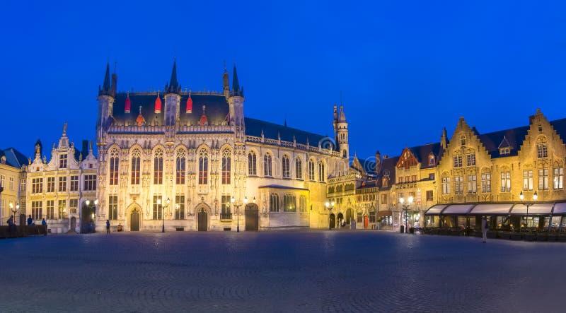 Здание муниципалитет Брюгге на квадрате на ноче, Бельгии Burg стоковые фотографии rf