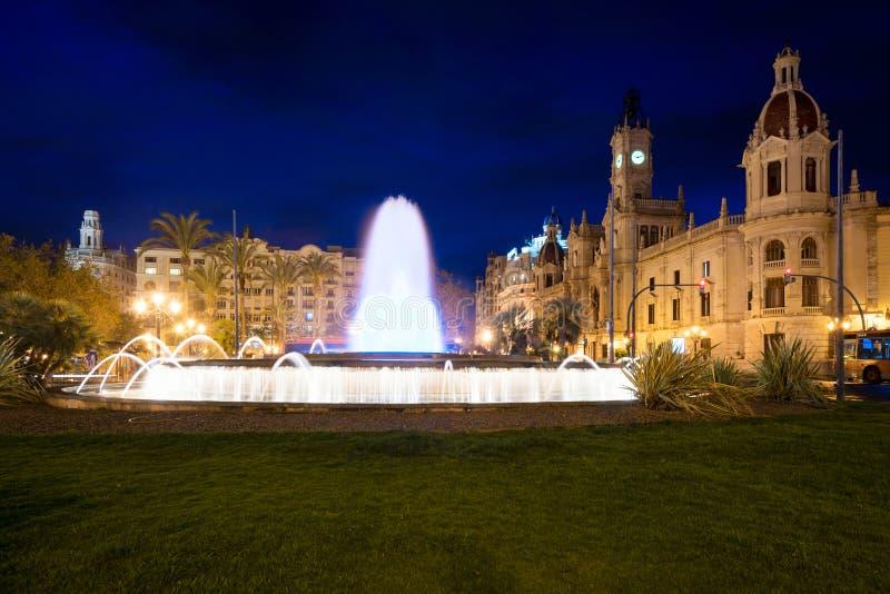Здание муниципалитет Валенсии на Площади del Ayuntamiento с красочным fount стоковые фотографии rf