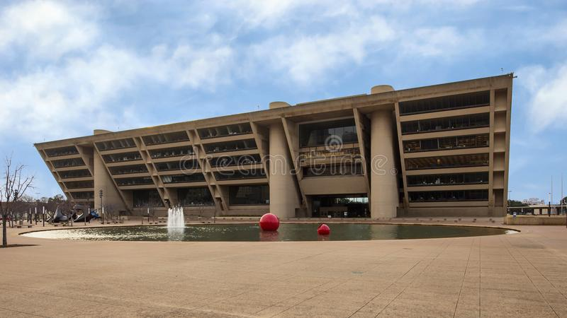 Здание муниципалитет Далласа с передними фонтаном и скульптурой стоковая фотография rf