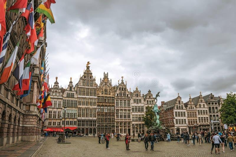 Здание муниципалитет и старые здания на рыночной площади Grote в Антверпене стоковые изображения