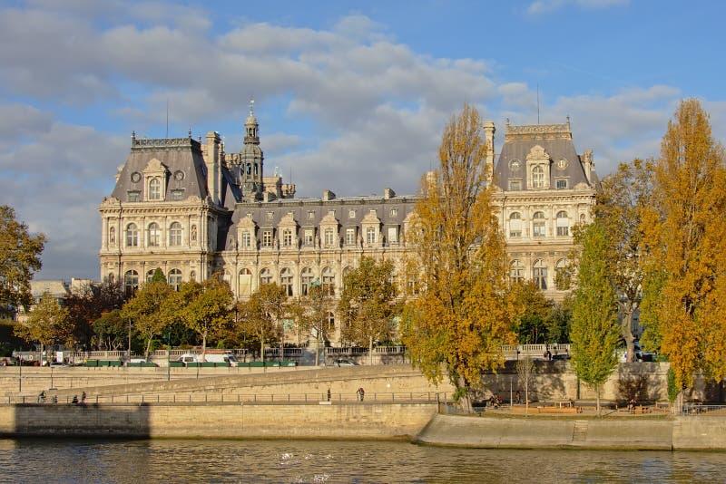 Здание муниципалитет Парижа, взгляд с другой стороны перемета реки стоковые изображения