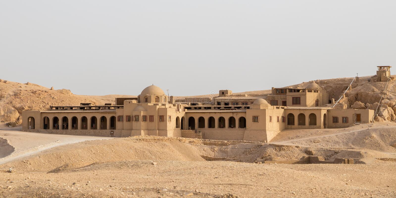 Здание около виска Hatshepsut в Луксоре стоковое изображение rf