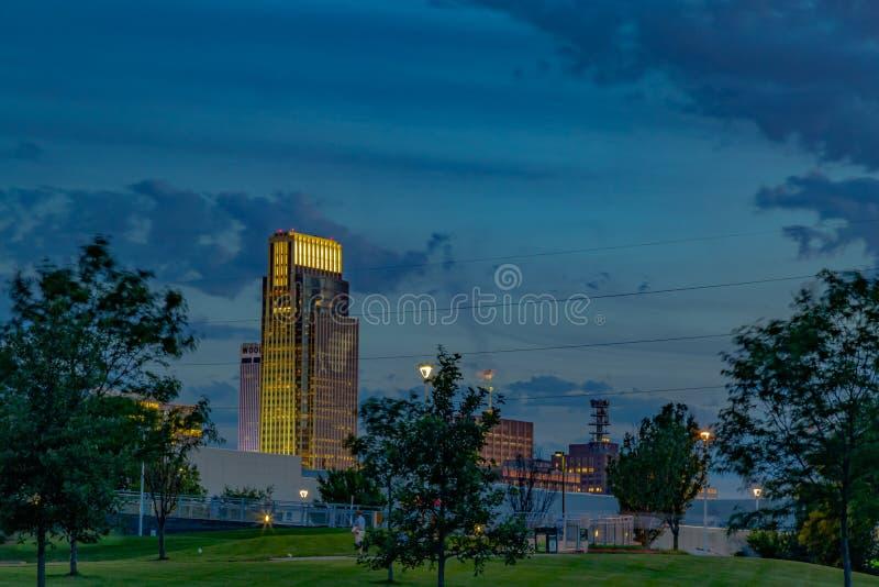 Здание Омаха национального банка сцены ночи первое с логотипом бейсбола стоковые изображения