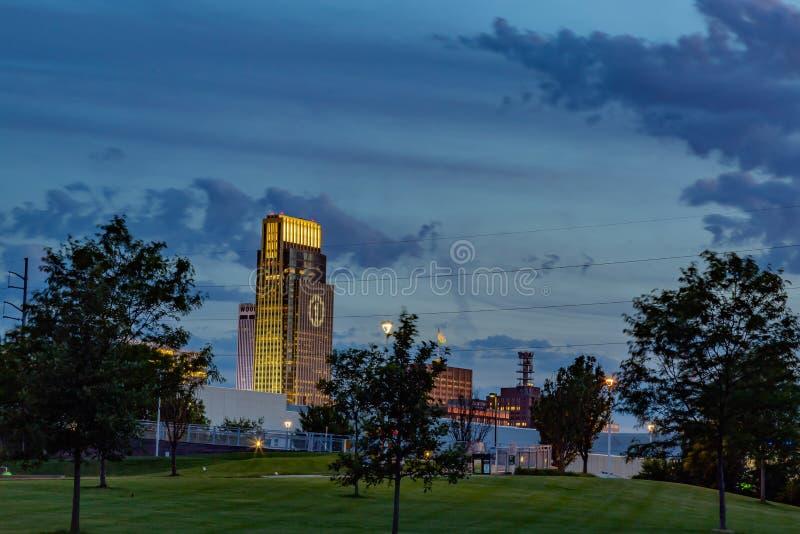 Здание Омаха национального банка сцены ночи первое с логотипом FNBO стоковые фотографии rf