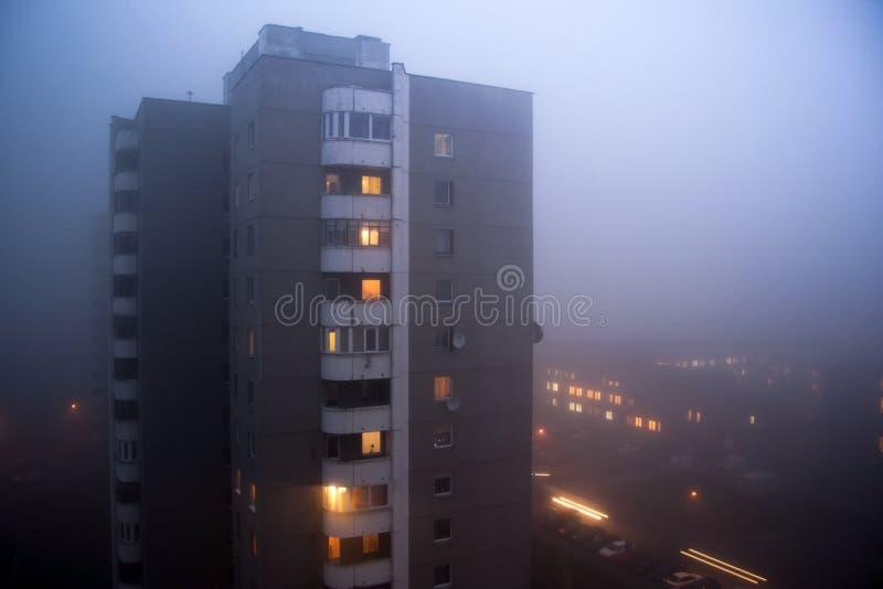 Здание от времени Советского Союза в тумане утра evning стоковое изображение