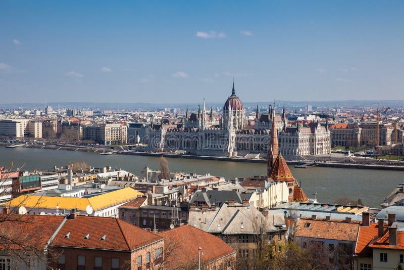 Здание парламента Венгрии, город Будапешта и Дунай от бастиона рыболова стоковое фото rf