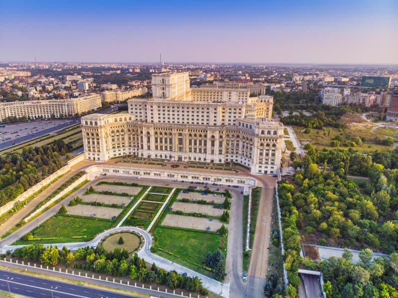 Здание парламента или ` s людей дом в городе Бухареста вид с воздуха стоковое фото