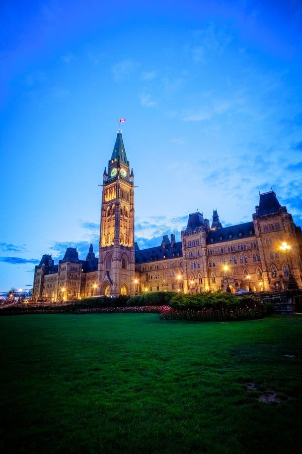 Здание парламента Канады и пламя centennial стоковые изображения