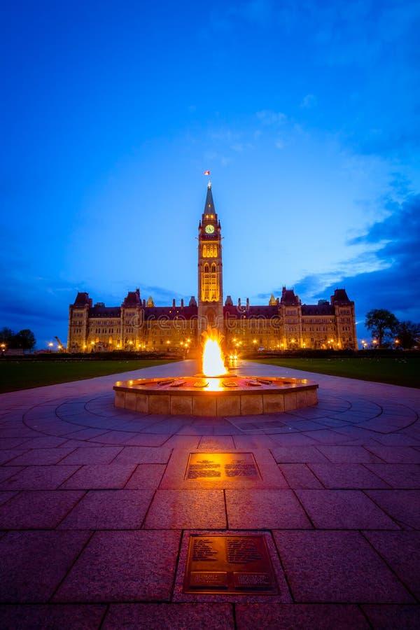 Здание парламента Канады и пламя centennial стоковое изображение rf