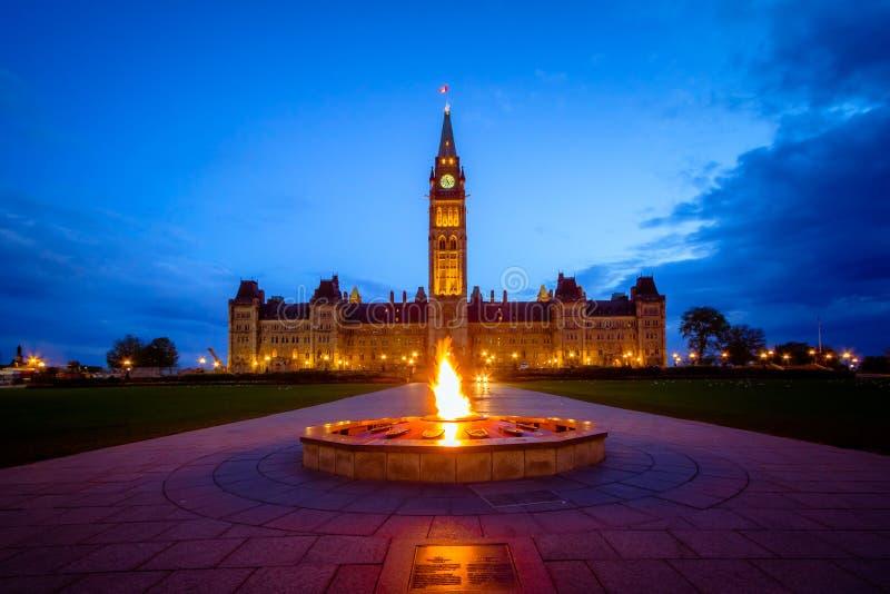 Здание парламента Канады и пламя centennial стоковые фотографии rf