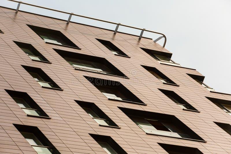 здание подъема Hi-техника высокое в предпосылке неба Современная архитектура стоковая фотография