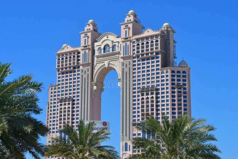Абу-Даби, Объениненные Арабские Эмираты, 19-ое марта 2019 Здание под гостиницой Fairmont конструкции в Абу-Даби, Объениненных Ара стоковое изображение