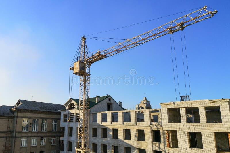 Здание под конструкцией Строительная площадка Кран около здания кран Само-раскрытия над строительной площадкой стоковое изображение rf