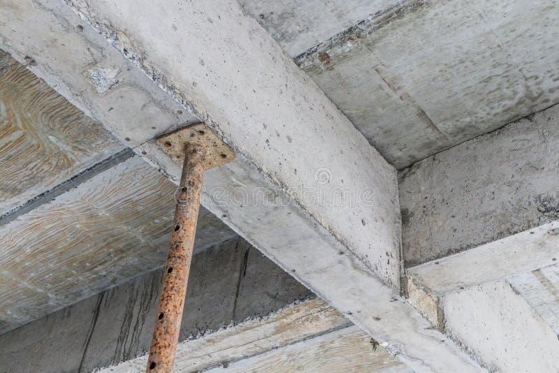 Здание под конструкцией с железным стальным bea бетона поддержки стоковые фотографии rf