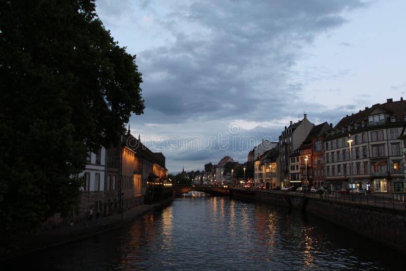 Здание под ночью на абсолютном контрасте с неба стоковое изображение