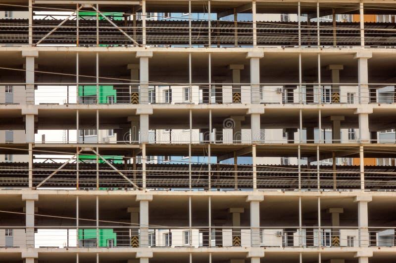 Здание под предпосылкой конструкции Дизайн структуры решетки с прямыми линиями Современная городская архитектура делового центра, стоковое фото rf