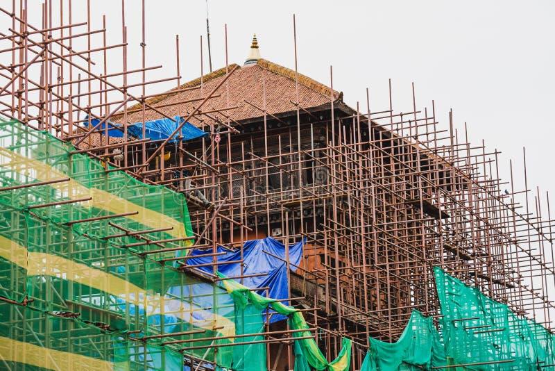 Здание под реновацией после землетрясения, реконструкции строения стоковые изображения rf