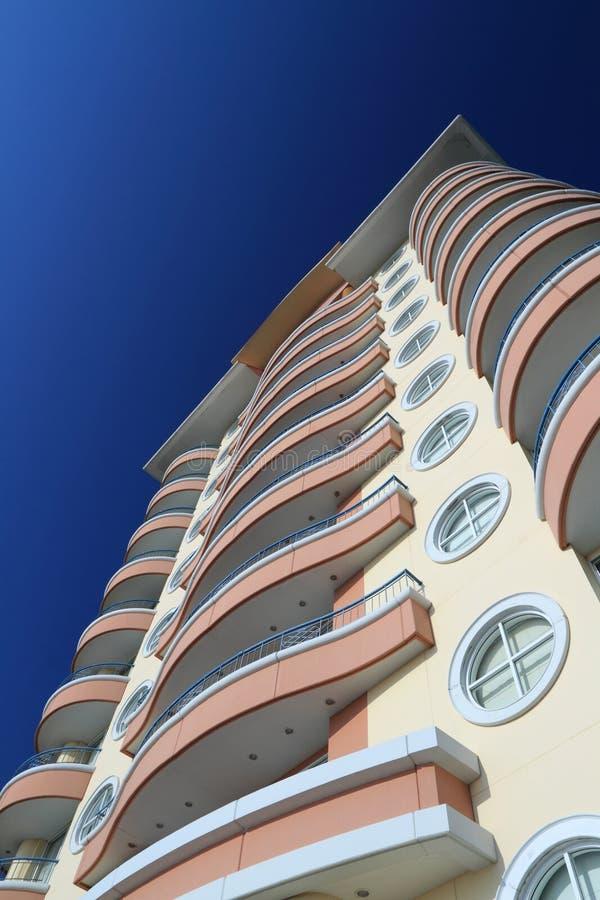 Здание против синего неба стоковое изображение rf