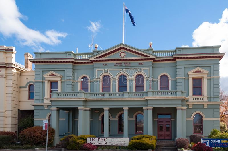 Здание ратуши с австралийским флагом на верхней части в апельсине, Австралии стоковые фотографии rf