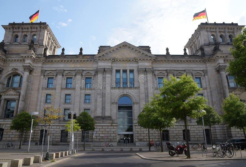 здание рейхстага, немецкое правительство с флагами в берлин столица германии, европы стоковые фото