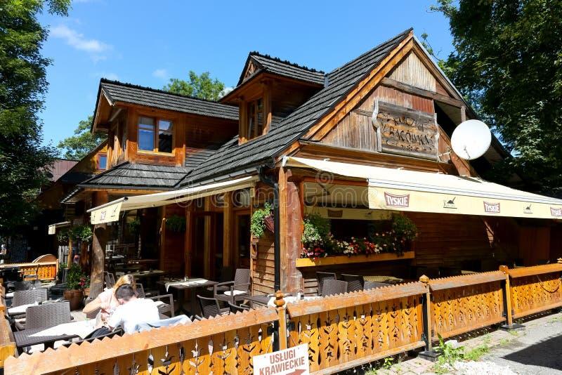 Здание сделанное из древесины на улице Krupowki стоковое изображение