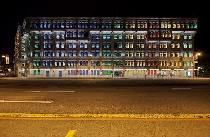 Здание СЛЮДЫ в Сингапур на ноче стоковое фото rf