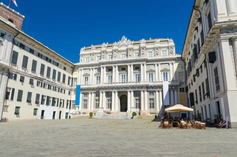 Здание стиля Palazzo Дукале дворца дожа классическое на квадрате Giacomo Matteotti аркады стоковая фотография
