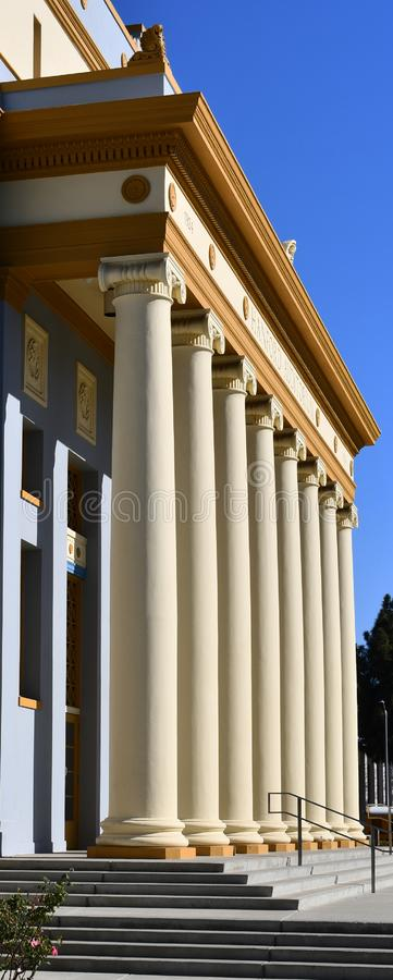 Здание с коринфской колоннадой столбцов в ряд неоклассический строя стиль походит здание суда суда, стоковые фотографии rf