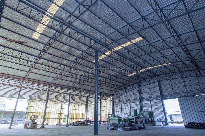 Здание фабрики или здание склада с конкретным полом для предпосылки стоковое фото