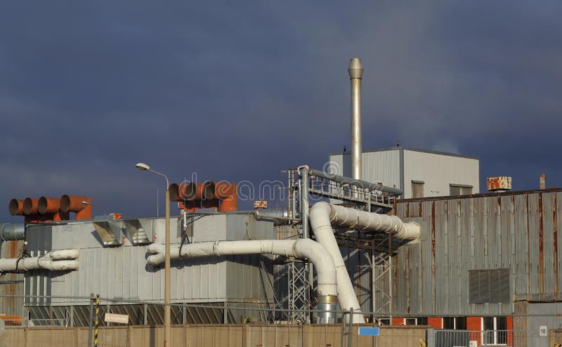 Здание фабрики с трубами и системой фильтрации воздуха стоковые изображения rf