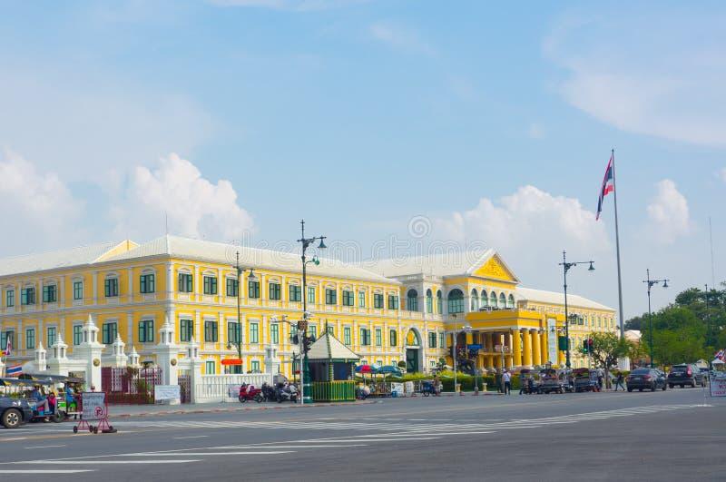 Здание фасада желтое министерства обороны на уровне шкаф правительственное ведомство Кингдом Оф Тюаиланд стоковые фото