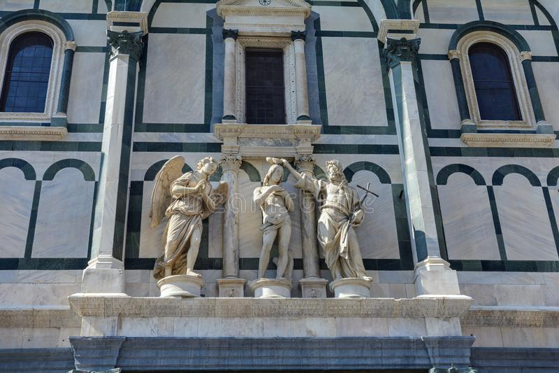 Здание Baptisperia украшено с барельеф, которые византийские мастеры работали дальше Главная достопримечательность Флоренс стоковое изображение rf