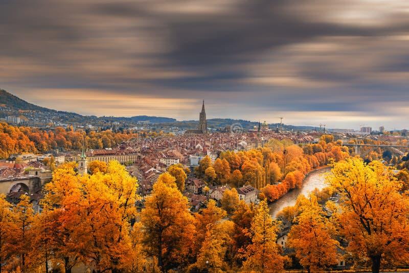Здание Bern с историческим памятником Cityscape, осенний сезон, Швейцария, Старинный пейзаж и исторический городок стоковое изображение