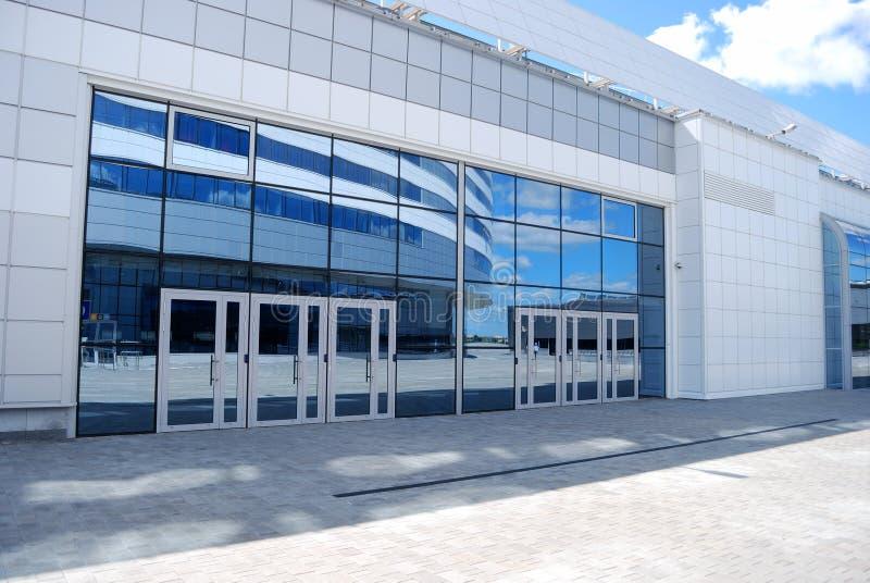 здание input самомоднейший офис стоковые изображения rf