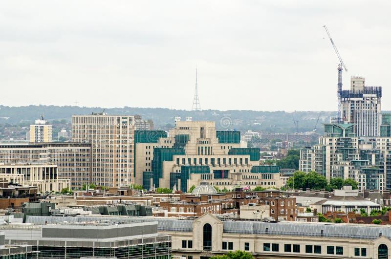 Здание MI6 осмотренное от Вестминстера стоковые изображения rf